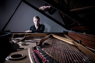 Denis Kozhukhin se presenta con la Orquesta Filarmonica de San Petersburgo dirigida por Yuri Temirkanov. Palacio de Bellas Artes, marzo 2014. Foto Paul-Marc-Mitchell